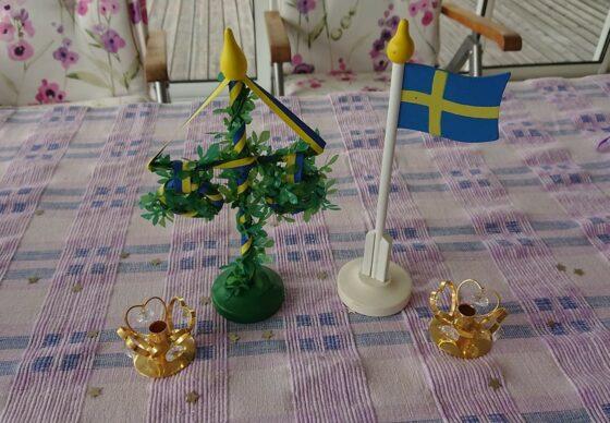 Svenska flaggan och midsommarstång